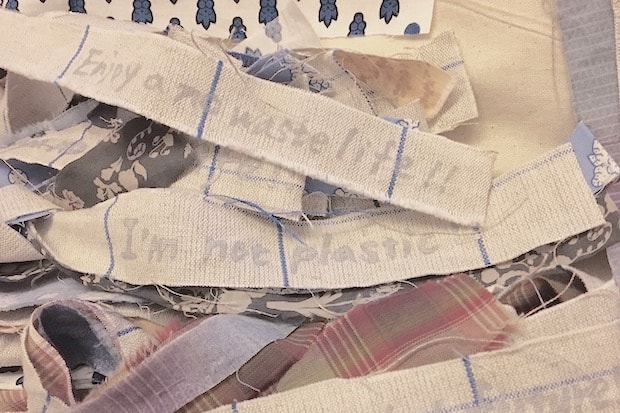 マルシェバッグには不要になった布の端切れでつくられた飾りがついており、「I'm not plastic!」「Enjoy a no waste life!」「For the beautiful future!」などのメッセージが。