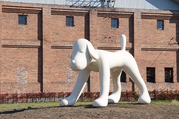 奈良美智『A to Z Memorial Dog』2007年 ©Yoshitomo Nara 撮影:長谷川正之