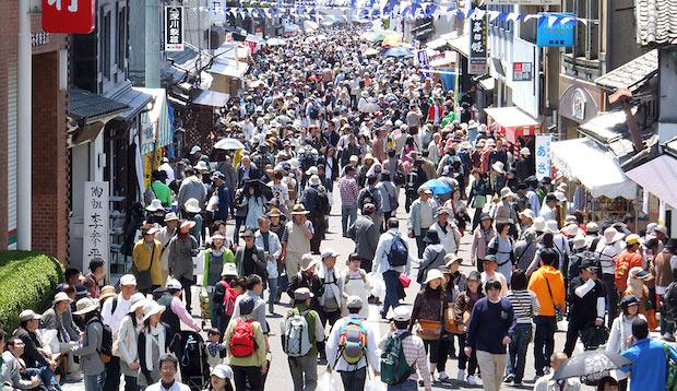 例年はこのようにたくさんの人が有田陶器市に訪れます。