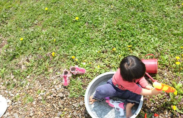 北海道も春本番。水はまだ冷たいが、子どもたちは水遊びが大好き。