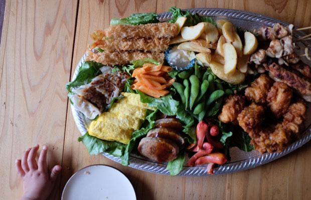 仕事場お泊まり会では、食事も少し贅沢に。市内の飲食店が始めたテイクアウトを注文。
