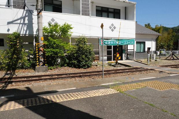 平岡駅の駅舎。構内を入るとお土産ショップがあり、〈秘境駅ツアー〉もこの周辺で行われています。