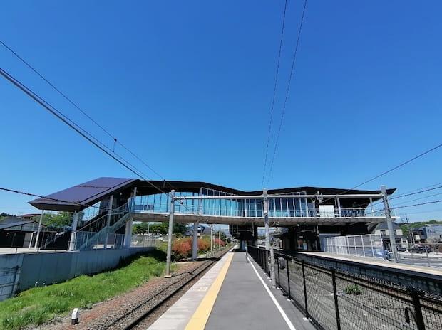 片岡駅は翼を広げたようなスタイリッシュなデザインの駅舎です。