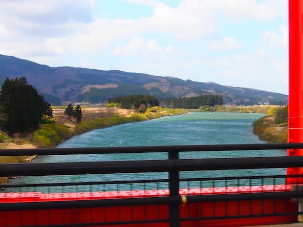 水道水にも使用される秋田美人の源の川を抜けると、景色もすっかり模様替え。