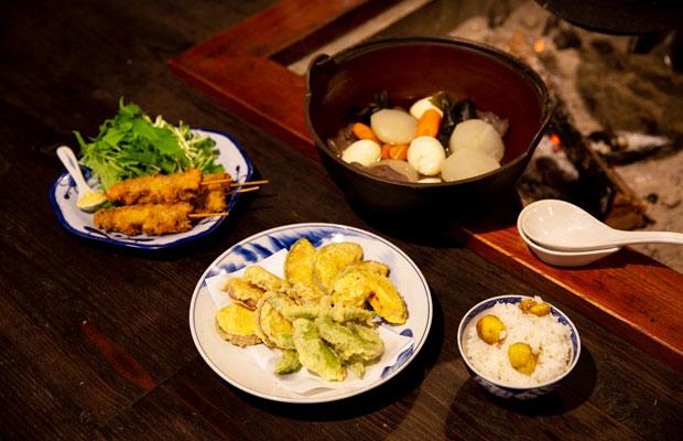 この日の夕食の一部。左からいのししの串揚げ、大根の煮物、天ぷら、栗ご飯。