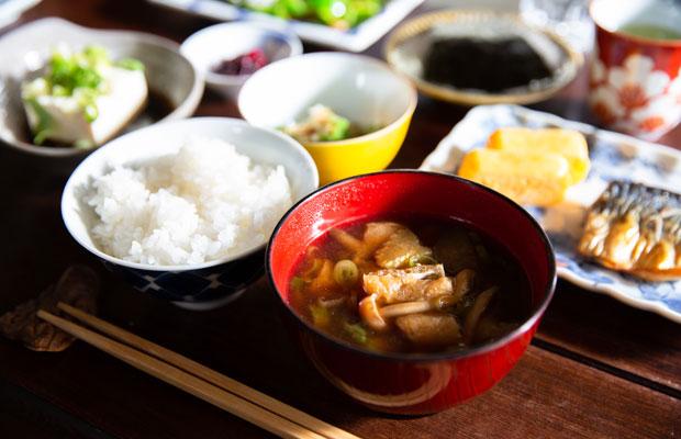 朝食は自家製のお米や味噌汁におかずが数品並ぶ和定食。焼き魚と並ぶなめらかな卵焼きが絶品。