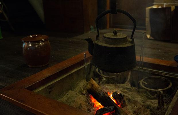茅屋やの囲炉裏