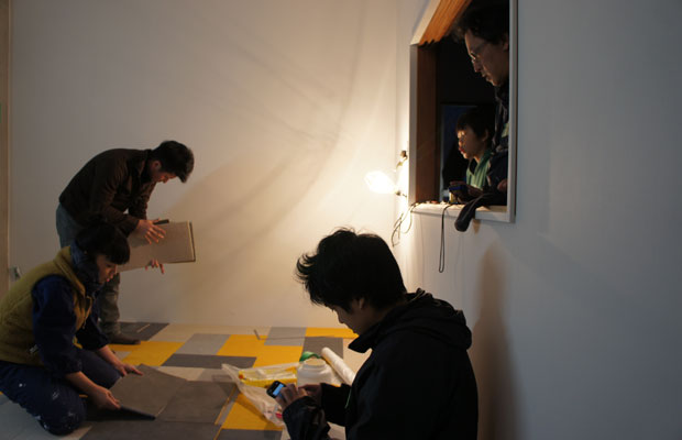 3階ミーティングスペースの床はタイルカーペットを刻んでオリジナルのパターンを作成。