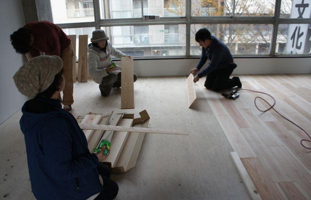 4階オフィスの床貼り。DIYで仲良くなった大工さんの助っ人と共に。