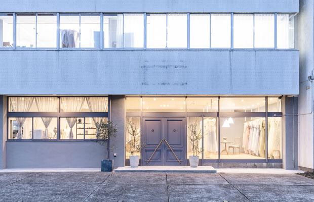 〈まちでつくるビル〉を卒業したウェディングドレス作家が次に選んだのも、繊維のまちにある元縫製会社の工場兼事務所ビルだった。