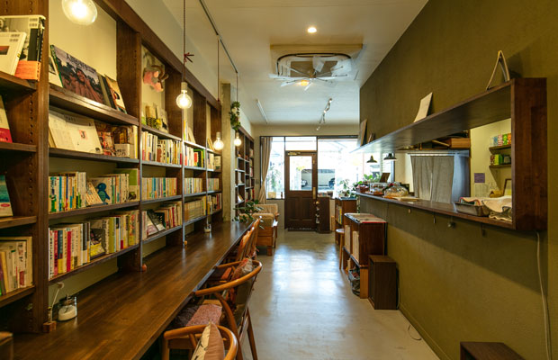 書店時代の本棚を生かし、本好きが集まる小さな図書館のような空間に。
