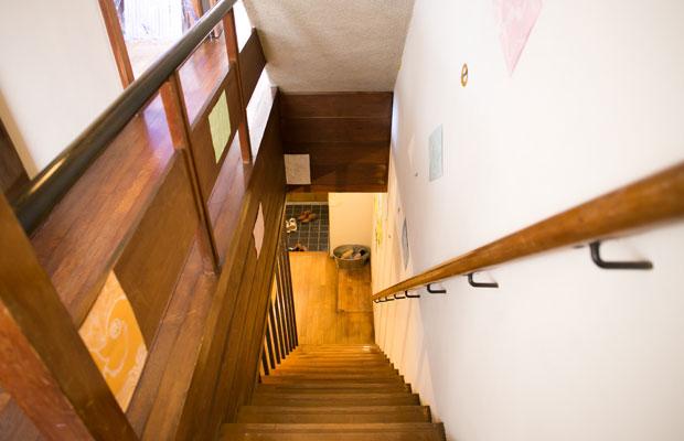 元住居の階段。砂壁をみんなでペイントした。