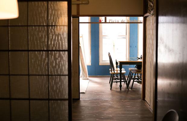 もともと和室だった部屋は入居者がセルフリノベで板張りと青色の部屋に。