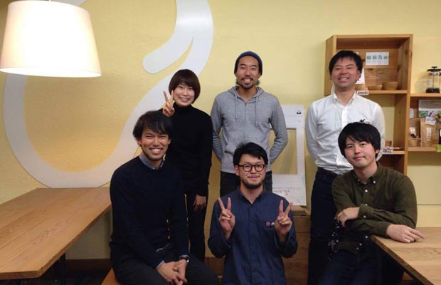 制作にあたって寄付をいただいた園田聡さん(左下)、高野哲矢さん(中央下)、麻生洋平さん(右上)、中川あゆみさん(左上)。丸山裕貴(右下)と勝亦(中央上)。