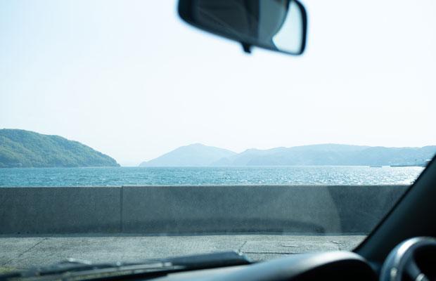 港に車を停めて、海を眺めながら。