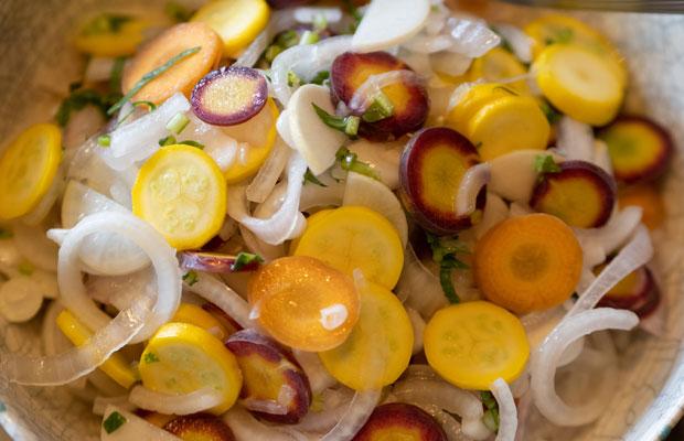 収穫したベビーニンジン、新玉ねぎ、ズッキーニのサラダ。元気になる色!