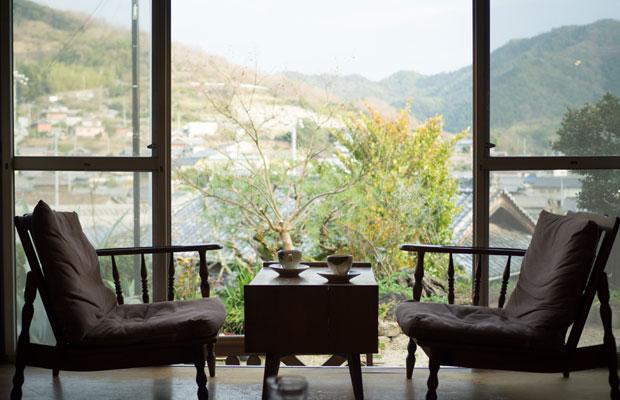 縁側席からの景色。四季折々の風景を楽しめる。