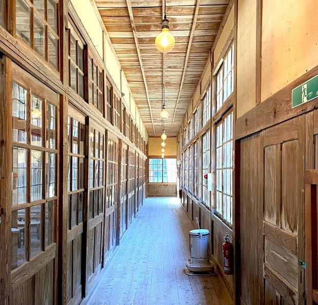 印象的な廊下はレトロなLED照明を追加しただけにとどめた。