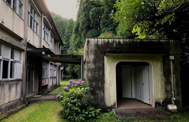 構造はしっかりしていたものの外壁や階段の傷みが目立つ鉄筋校舎。