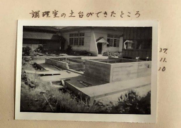 昭和30年代の調理室の工事風景。