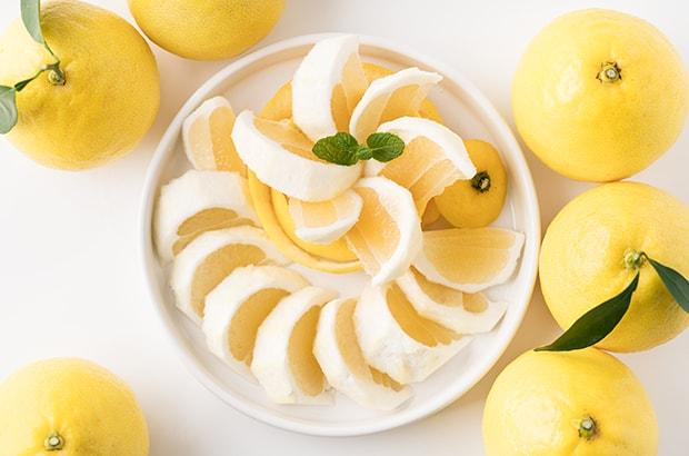 日向夏の果実はレモンのように明るい黄色。温州みかんよりもひと回り大きく、ぶんたんよりも小ぶり。