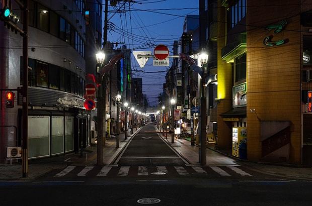 4月末の西橘通り。人影はなく静まり返っている。