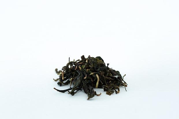釜炒り茶独特のくるっと丸まった形状の茶葉。甘い香りが立つ。