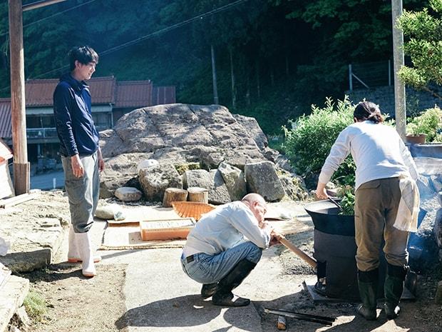 薪をくべ火を起こすところから。竹吹子で空気を送る。