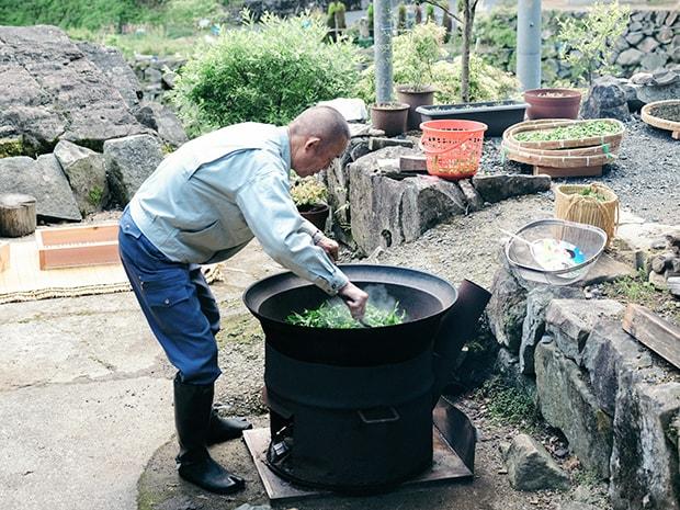 農家には一家に一台あるという鉄釜で茶葉を炒る。
