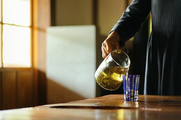 おすすめは水出しで飲む釜炒り茶。暑い日には体にスッと染み渡る爽やさが心地よい。