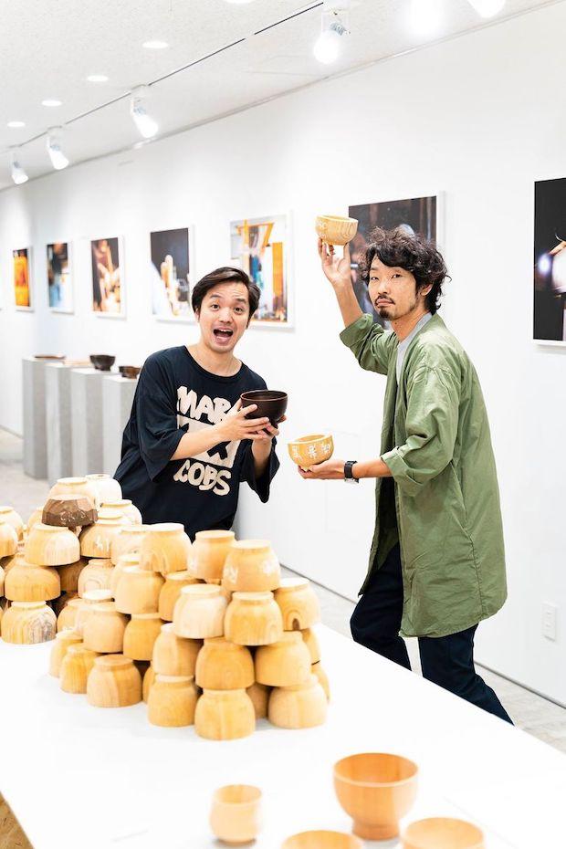 ろくろ舎代表、酒井義夫さん(右)。北海道に生まれ育ち、放浪生活、木工職人、フランスパン職人を経て、伝統工芸師清水正義さんに師事後、2014年にろくろ舎を立ち上げた。