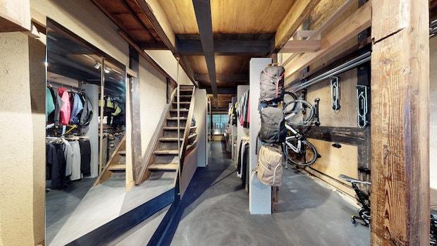 京都・四条河原町にある町家を改修した〈自転車洋品店ナリフリ〉。設計:dot architects 竣工年:2018年