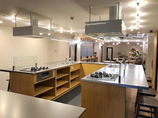 広々としたキッチンはグリル付き3口ガスコンロに余裕のあるスペースの作業台など、日々の料理がはかどる環境に。