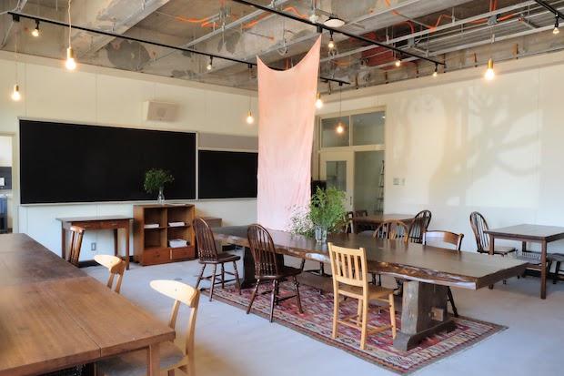 小学校の教室がカフェに生まれ変わった店内。