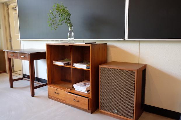 小学校で使用されていたテーブルやスピーカーをきれいにし、活用しています。