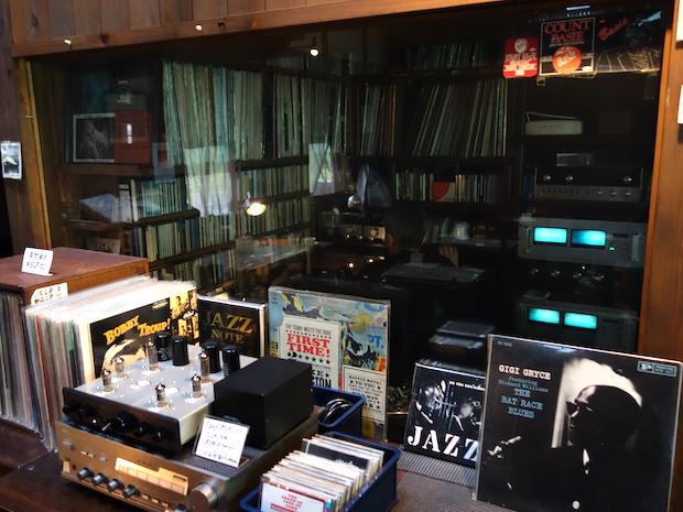 お店にあるレコードの数は15,000枚以上も。写真に映るガラス越しのブースでレコードを選ぶマスター、見つけらますか?