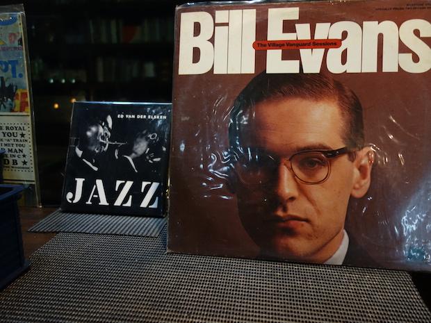 その時に流しているレコードのジャケットがブース前に置かれます。この時はジャズピアニストBille Evansの曲が流れていました。