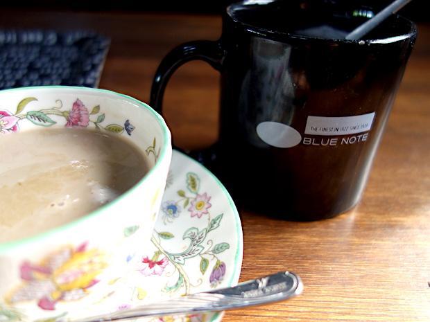 お砂糖入れには〈BLUE NOTE〉のマグカップを活用。アルコールや軽食もあります。