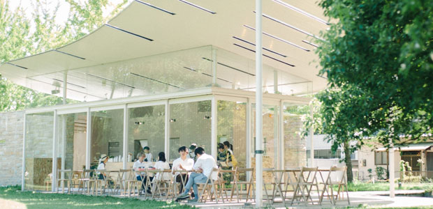 学びの森内にあるカフェ〈KAKAMIGAHARA STAND〉。市の公園施設を〈かかみがはら暮らし委員会〉が賃貸・運営。これができたことによって、学びの森のフェーズが一気に変わった感じ。おいしい食べ物と楽しい企画で若い世代を中心に人が集まっている。