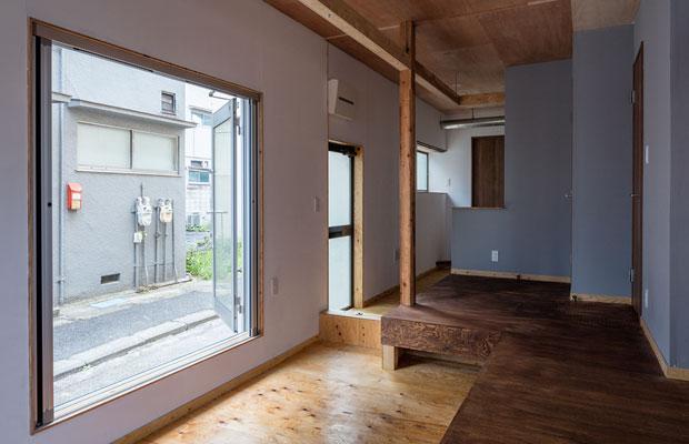 1階の共有部は通り土間と掃き出し窓によって、内外境界にグラデーションをつけている。シェアハウスの共用部として「フラット」な場になり、住まい手と客人が違和感なく利用できることを考えた。