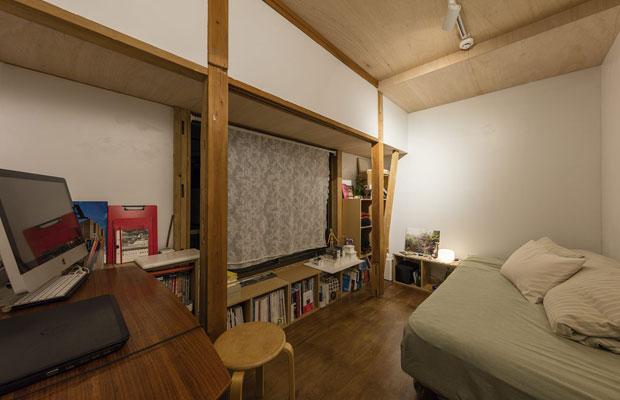 2階のプライベートルーム。小さなスペースだが住まい手の工夫で居心地が良さそうな仕上り。