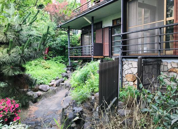 進行中のニュータバタ邸(仮)。住宅街の中に残された傾斜地の林の中に立つ住宅、庭には大きな池も。