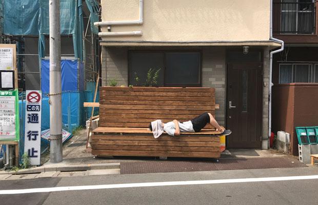 シェアハウスの前にはベンチを作成。向かいのコーヒースタンドがオープンする日には、お客さんがここに座ってコーヒーを飲むこともできる。