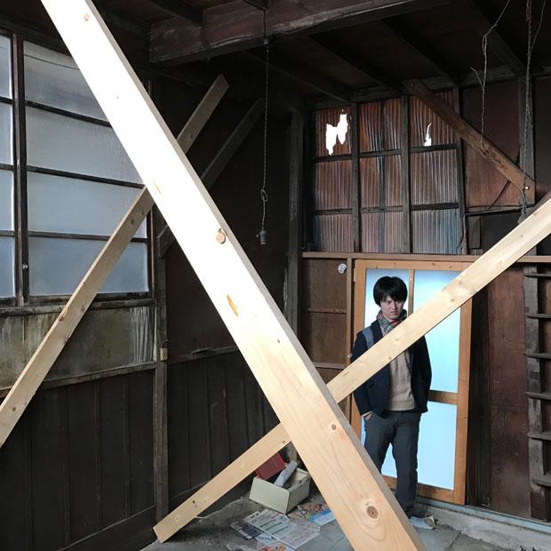 倒壊を防ぐために、仮設の補強がなされた再建築不可の木造住宅もあった……。