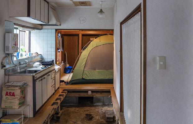 室内にテントを張り、現場に住みながら施工を行った。