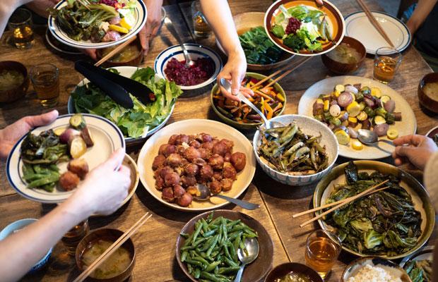 私たちが大切にしたいのは、みんなで囲むおいしい食卓(いまは集まって食べるのに気を使わないといけないのが悲しい)。
