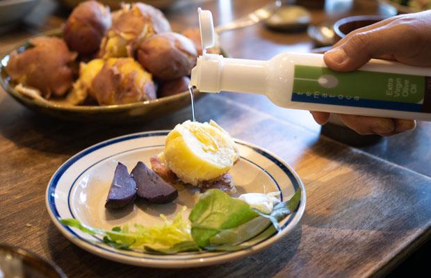 小豆島で育ったオリーブのオイル。収穫してすぐに絞られたオリーブオイルはやっぱりおいしい。