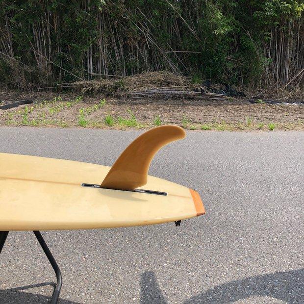 シングルフィンのサーフボードで楽しんでいる。