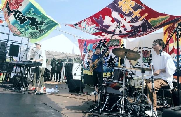 猛暑のなか行われたKan Sanoライブの様子。