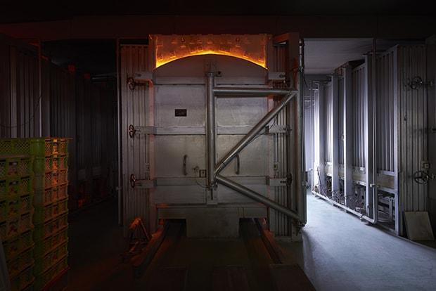 シャトル窯(台車窯)で1300度で焼成後、冷却中の風景。火を止めても炉内が高温のため赤いまま。